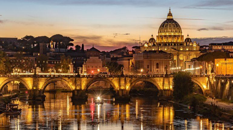 Roma al tramonto ed una veduta del fiume Tevere.