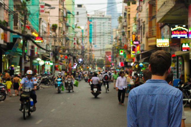Via trafficata in Cina con persone e negozi
