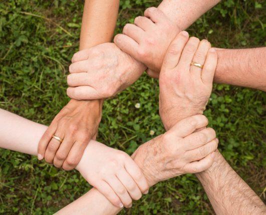 Solidarietà: mani che si stringono per aiutarsi