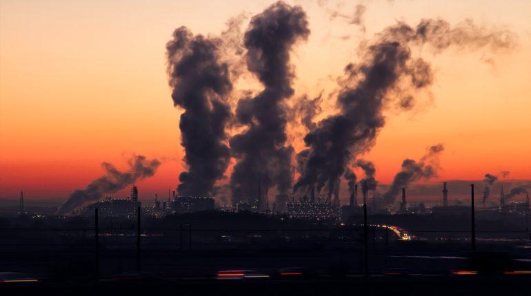 Industrie che rilasciano fumi nell'aria