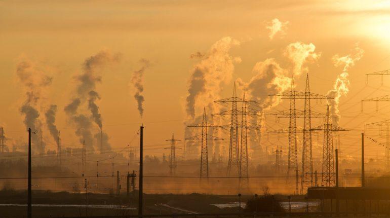 Paesaggio di zona industriale con fumi e smog