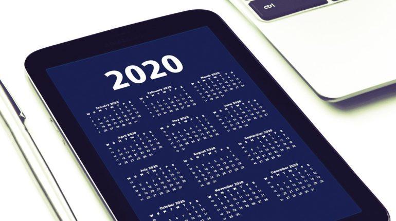 Calendario 2020 con computer sullo sfondo