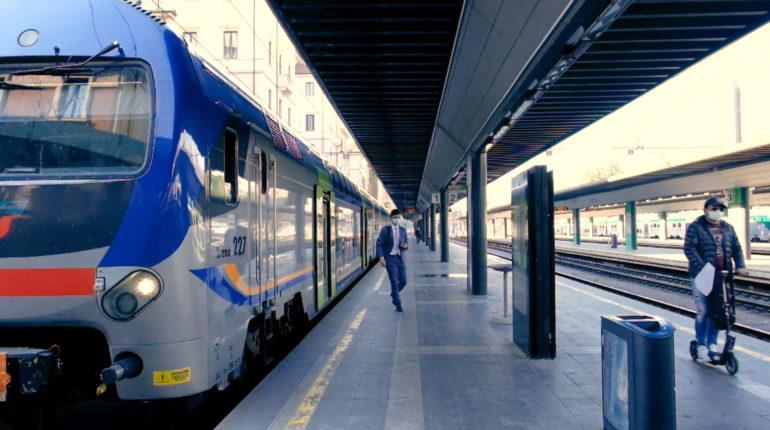 L'arrivo di un treno alla stazione Cadorna durante l'emergenza coronavirus