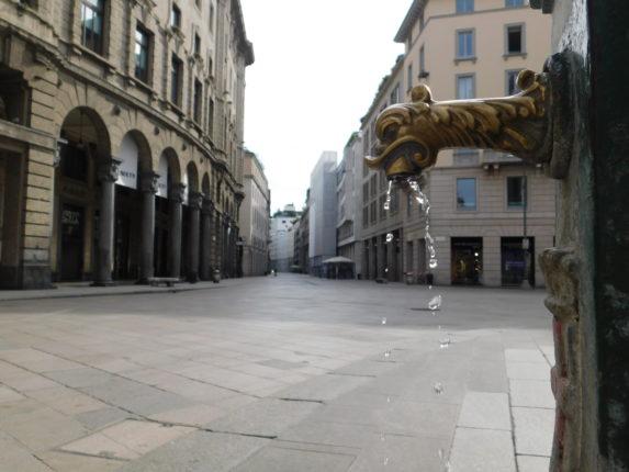 Fontana di Milano e via Vittorio Emanule durante il lockdown