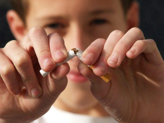 Un ragazzo rompe una sigaretta