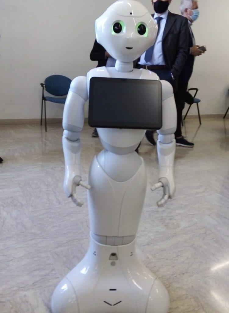 Il robot pepper di forma umanoide