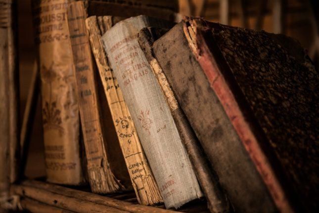 vecchi libri su uno scaffale