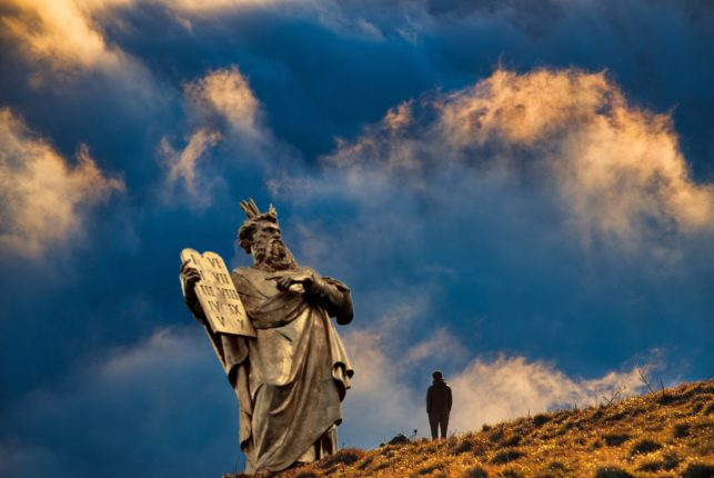 Mosè e le tavole della legge, sullo sfondo il deserto ed il cielo azzurro