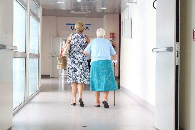 Persona anziana assistita durante il cammino