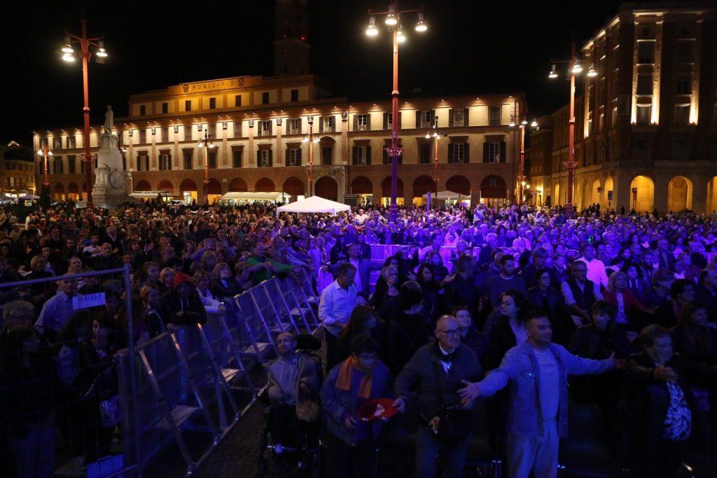 """La piazza principale di Forlì gremita per l'evento """"Notte di respiri 2019"""""""