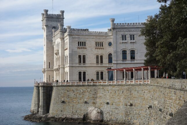 Castello Miramare di trieste, sullo sfondo il mare