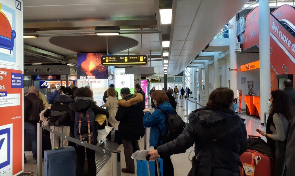 Folla e code per i controlli Covid-19 all'aeroporto di Catania