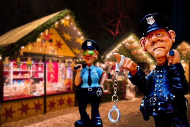 Modellini di poliziotti in un mercatino di Natale