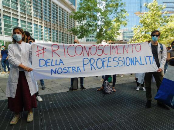 Un momento dello sciopero specializzandi del 22 giugno 2020: due medici reggono uno striscione dove si sottolinea il riconoscimento della professionalità