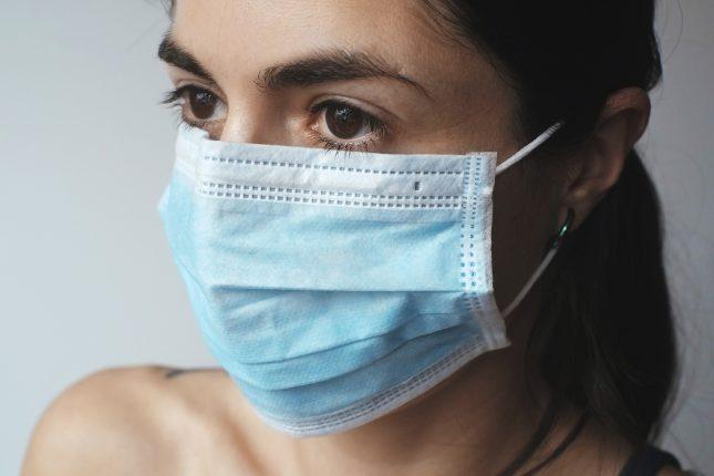 Giovane donna che indossa una mascherina